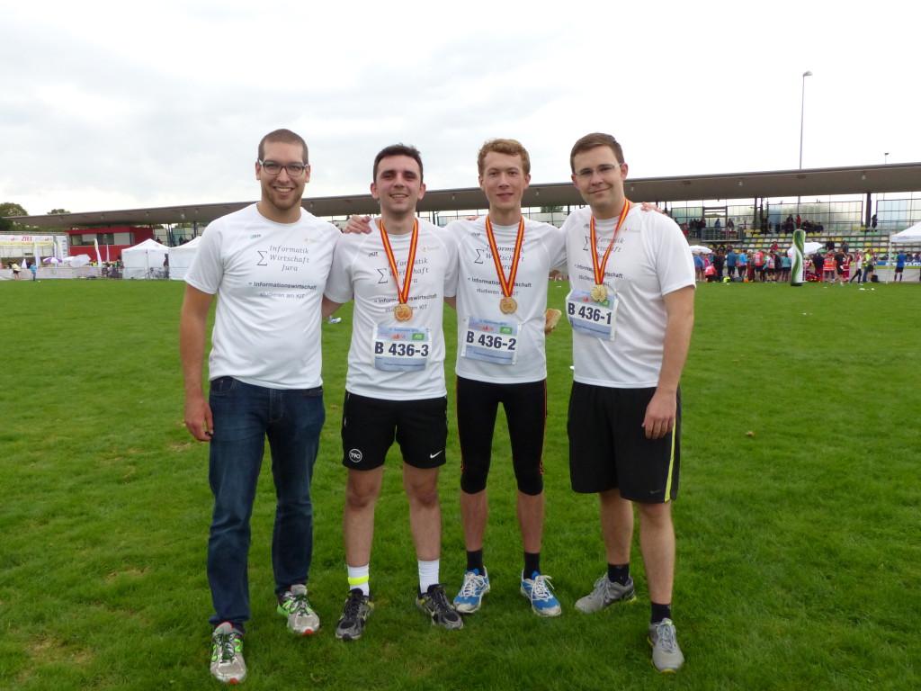 Unser Team (v.l.): Marvin Schweizer, Samuel Printz und Thomas Thomas Svejkovsky. Verletzungsbedingt nur in Jeans unterwegs war Alexander Werling, der ursprünglich den Halbmarathon bewältigen wollte.